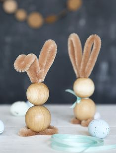 kleine Deko-Hasen aus Holzkugeln und Chenilledraht You are in the right place about Spring Decorati. Bunny Crafts, Easter Crafts, Holiday Crafts, Happy Easter, Easter Bunny, Easter Eggs, Diy For Kids, Crafts For Kids, Diy Crafts