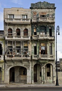House on Malecón, Havana, Cuba Old Abandoned Buildings, Abandoned Mansions, Old Buildings, Abandoned Places, Old Mansions, Villa, Cienfuegos, Varadero, Haunted Places