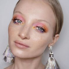 Colorful makeup wearing pink, orange, yellow and purple eyeshadow! Unique makeup… Buntes Make-up mit rosa, orange, gelbem und lila Lidschatten! Einzigartiger Make-up-Look Makeup Trends, Eye Makeup Tips, Makeup Inspo, Makeup Art, Makeup Inspiration, Hair Makeup, Witch Makeup, Makeup Style, Fox Makeup
