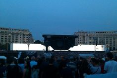 Zidul luminat - imagine dinaintea inceperii concertului Roger Waters The Wall Bucuresti 2013 (originala)