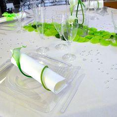 Idée de décoration de table de mariage blanche et verte - vue d'ensemble de la table de mariage www.artsephemeres.com