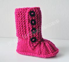 Bottines de bébé tricotés à la main (fuchsia) : Mode Bébé par feetricoteuse