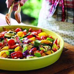 Salade de tomates et légumes grillés et olives - Châtelaine