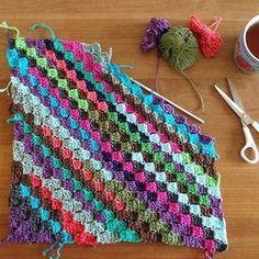 Ik had een heleboel restjes haak-katoen liggen in allemaal leuke kleurtjes, daar wilde ik een vrolijk kussentje van maken voor op de bank... C2c Crochet, Crochet Pillow, Crochet Blanket Patterns, Baby Blanket Crochet, Crochet Stitches, Crochet Baby, Yarn Projects, Crochet Projects, Corner To Corner Crochet