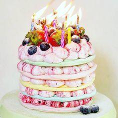 """Priscila Cantinho on Instagram: """"Pavlova de aniversário! Só pra vocês terem mais idéias de como fazer e faturar muito com elas! #pavlova #suspiro #suspiros #merengue…"""" Pavlova, Cake, Desserts, Instagram, Food, Ideas, Merengue, Tailgate Desserts, Deserts"""