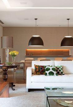 Para quem sonha em chegar em casa e encontrar um ambiente tranquilo, vale a pena investir em cores claras nas paredes e móveis.   O colorid...