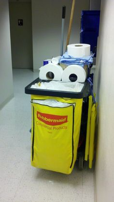 This cleaning cart offers us another fine example of artificial pareidolia. Things With Faces, Hidden Face, Strange Places, Happy Today, Everyday Objects, Optical Illusions, Funny Faces, Make Me Smile, Cleaning Cart