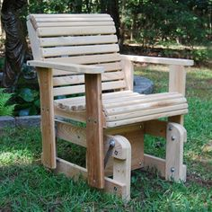 Out of the multiple ways to reuse pallets in furniture, pallet outdoor chairs and sofas are some of the most popular ideas. Outdoor Glider Chair, Porch Glider, Outdoor Furniture Plans, Rustic Furniture, Antique Furniture, Modern Furniture, Yard Furniture, Pallet Furniture, Cedar Furniture