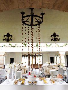 Mesa de postres dorada y blanca al estilo D'caché
