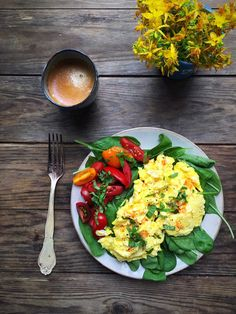 Pikante røræg - opskrift på røræg lavet med flødeost med pikante urter. Så lækkert! --> Madbanditten.dk Healthy Meal Prep, Healthy Cooking, Healthy Eating, Healthy Food, Lunch Snacks, Lunches And Dinners, Health Lunches, Healthy Plate, Vegetarian Recipes