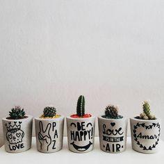 Diseño en Cemento Concrete Pots, Concrete Crafts, Concrete Planters, Diy Planters, Flower Pot Crafts, Flower Pots, Mini Vasos, Beton Diy, Painted Pots
