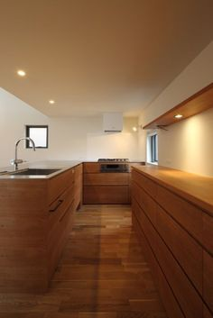 Minimalist House Design, Minimalist Home, Kitchen Themes, Kitchen Decor, White Kitchen Interior, Japanese Style House, Stylish Kitchen, House Rooms, Small Living