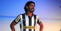 O uruguaio Loco Abreu, com certeza, deixou saudades nas torcedoras do Botafogo, já que o atacante acertou sua transferência para o Figueirense..#jorgenca
