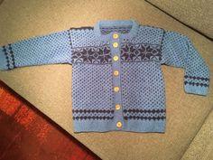 Läusekofte nach dem Muster aus dem Makerist Kurs Kofte stricken von Sophia Wiik Knitting, Sweaters, Fashion, Sew Mama Sew, Easy Knitting Projects, Knitting And Crocheting, Make Your Own, Patterns, Moda