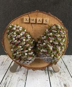 Bekijk de foto van Homemade By Joke met als titel Gedecoreerde kerst dennenappels op een houten schijf. Een DIY met stap-voor-stap foto's staat op mijn blog Homemade by Joke en andere inspirerende plaatjes op Welke.nl.