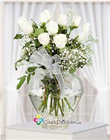 Beyaz gülün saflığı aşk ile birleşti siz ve sevdiklerinizi mutlu etmek istiyor Glass Vase, Table Decorations, Wedding, Home Decor, Casamento, Homemade Home Decor, Weddings, Marriage, Decoration Home