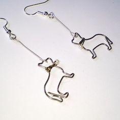 小さな日本製のパールビーズをブロンドの首輪につけた お散歩ネコのピアスです。冬の暖かい日に 自由気ままに 外をお散歩するネコに見とれてつくりました。ピアスフッ...|ハンドメイド、手作り、手仕事品の通販・販売・購入ならCreema。