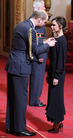 Victoria Beckham honored with OBE from Prince William. Victoria Beckham was named an Officer of the Most Excellent Order of the British Empire or OBE Wednesday by Prince William. Victoria Beckham Outfits, David Y Victoria Beckham, Victoria Beckham Stil, Viktoria Beckham, Vic Beckham, David Beckham Family, Prinz William, Royal Engagement, Duke Of Cambridge