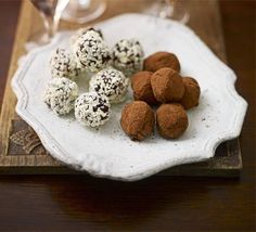 Bitter chocolate truffles - How to make a last-minute Christmas hamper Edible Christmas Gifts, Edible Gifts, Diy Christmas, Chocolate Treats, Chocolate Truffles, Chocolate Roulade, Homemade Truffles, Truffles Recipe, Bbc Good Food Recipes