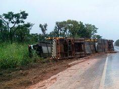 #LEIAMAIS WWW.OBSERVADORINDEPENDENTE.COM SÃO DESIDÉRIO: Carreta tomba ao tentar ultrapassar veículo na BR-020