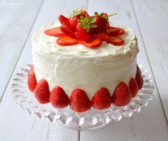 Un excellent layer cake aux fraises et au citron qui saura séduire vos papilles ! Régal assuré à l'heure du dessert. Amateurs de fraises, voici LA recette !