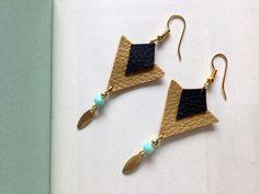 Boucles d'oreille géométrique, triangles cuir doré et noir : Boucles d'oreille par aika