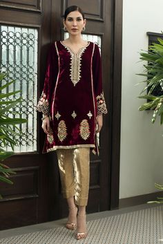 A classic velvet tunic paired with a gold jamavar trouser. The tunic has gotta insertions in the panels and is hand embroidered with resham, gotta and zardozi. Pakistani Frocks, Pakistani Party Wear Dresses, Simple Pakistani Dresses, Pakistani Fashion Casual, Pakistani Dress Design, Pakistani Outfits, Beautiful Dress Designs, Stylish Dress Designs, Stylish Dresses