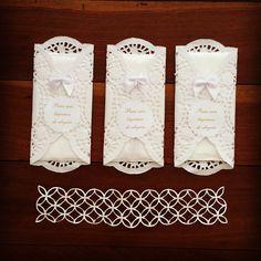 Porta lágrimas de alegria confeccionado em papel rendado, ornamentado com laço de cetim e tag. Acompanha 1 lenço de papel.