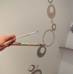 Une touche graphique sur les murs for Pochoir a peindre sur mur