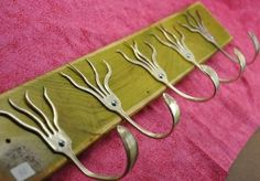 Déco récup : ça fourche ! DIY with forks If handle is small enough this would work for keys as you come into the house.