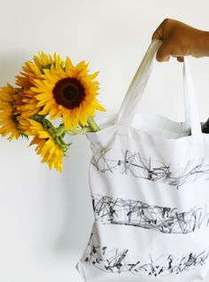 Kid Art Tote Bags - A perfect way to wrap your Mother's Day gift! These simple scribble art totes are so chic! Easy Crafts For Kids, Art For Kids, Kid Art, Teen Crafts, Strawberry Nail Art, Hand Doodles, Scribble Art, T Shirt Painting, Bleach Pen