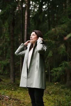 Stutterheimin sadetakki ja idea vuodelta 1999 Tutu, Raincoat, Country Style, Jackets, Fashion, Rain Jacket, Down Jackets, Moda, Rustic Style