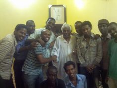 مع الراحل ابو الاجيال الاستاذ محجوب شريف و زمرة من الاصدقاء