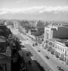 Vista de la Alameda y el Teatro Santa Lucía en 1950. Old Pictures, Old Photos, Cerro Santa Lucia, San Diego, Cities, History, Outdoor, Santiago, Saint Lucia