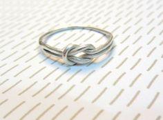 CELIA: anillo trabajado a mano en plata de ley en forma de nudo plano.