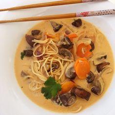 Sopa tailandesa con setas portobello Cilantro, Tofu, Pasta Al Curry, Portobello, Ramen, Spaghetti, Cooking, Ethnic Recipes, Lima