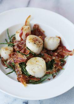 Coquilles-met-zeekraal-en-pancetta2 Vegetarian Recipes, Healthy Recipes, Happy Foods, Fish Dishes, Fish And Seafood, Food Presentation, I Love Food, Soul Food, Wine Recipes