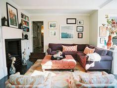 cuadros decorativos en el salón con muebles de color rosa