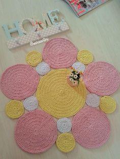 Crochet Mat, Crochet Carpet, Crochet Rug Patterns, Crochet Squares, Crochet Crafts, Easy Crochet, Crochet Projects, Hanging Paintings, Crochet Decoration