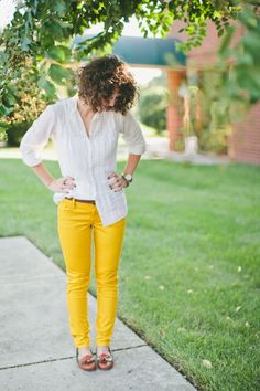 mustard yellow pants + simple ivory button down. look! And I know the Model! Yellow Pants Outfit, Mustard Yellow Pants, Colored Pants, Fall Winter Outfits, Fashion Outfits, Fashion Fashion, How To Look Pretty, What To Wear, Style Me