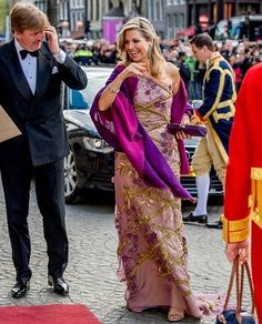 Queen Maxima and King Willem-Alexander of the Netherlands host a dinner to celebrate the King's birthday. Royal Fashion, Fashion Looks, Queen Of Netherlands, Dutch Princess, Estilo Real, Dutch Royalty, Queen Dress, Queen Maxima, Thing 1