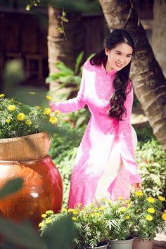Vietnamese Traditional Dress, Traditional Dresses, Asian Woman, Asian Girl, Silk Tunic, Beautiful Asian Women, Ao Dai, Victoria's Secret, Feminine
