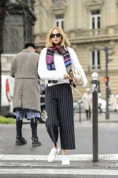 """Wenn es zu warm für eine Jacke ist, schlüpft in einen flauschigen Pullover und bindet euch einen dicken Schal um. Für die Unausgeglichenheit von Wärme und Kälte eignet sich eine Culotte, die die Beine wärmt, aber durch einen Spalt zwischen Knöchel und Wade für die nötige """"Luftzufuhr"""" sorgt."""