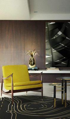 chaise jaune, tapis rond noir, decoration murale en lambris marron foncé