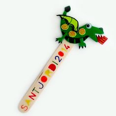 Punt de llibre Drac Craft Stick Crafts, Felt Crafts, Diy And Crafts, Arts And Crafts, Diy For Kids, Crafts For Kids, Saint George And The Dragon, Jumping Clay, Hand Puppets