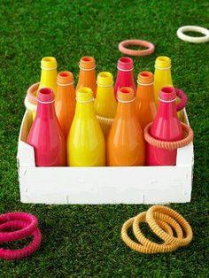 Zelfgemaakt/gerecycleerd materiaal: Het kind moet proberen de ringen rond de flessen te werpen. Het is leuker als je de flessen verft in felle kleurtjes en dit spel met meerdere kindjes speelt. Dit kan je zowel binnen als buiten spelen.