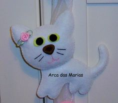 Enfeite de porta com gatinha branca