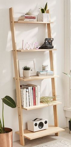 Casa da Anitta: see the singer's mansion in Barra da Tijuca - Home Fashion Trend Leaning Bookshelf, Small Bookshelf, Bookshelf Design, Leaning Shelf, Ladder Bookshelf, Wood Ladder, Bookshelf Ideas, Ladder Shelf Decor, Living Room Decor