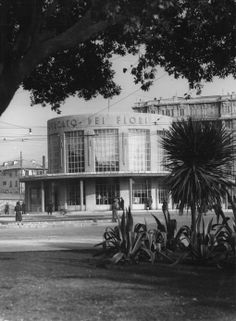 Genova. Veduta del Mercato dei Fiori, costruito nel 1934 accanto alla stazione ferroviaria di Brignole in piazza Verdi, e demolito negli anni '80 (Photo: Cresta, 1938)  #genova #genoa #liguria #anniTrenta
