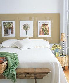 gostei do móvel rústico aos pés da cama, da mesinha e do abajur de palha, dos painéis